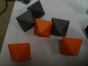 Les dés à 8 faces imprimés en 3D.