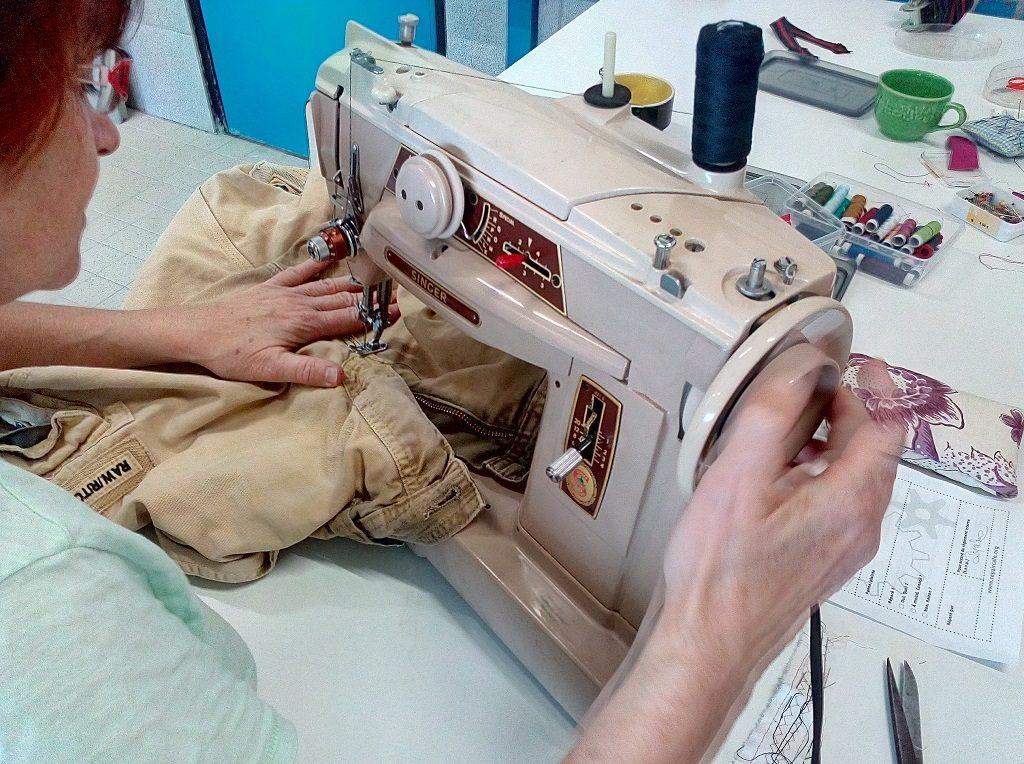machine à coudre réparation bermuda bénévole la scierie créative repair café #jeterpasquestion